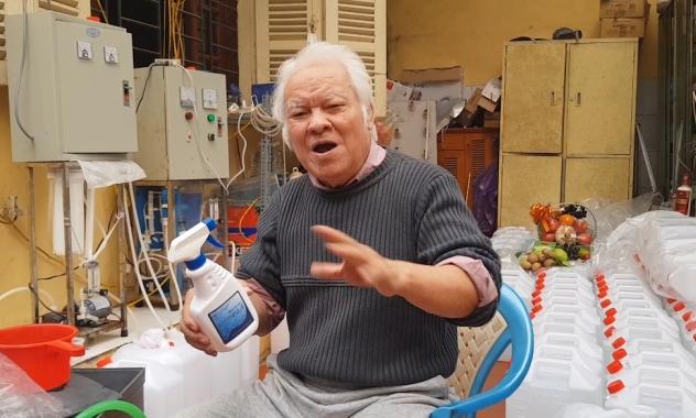 TS Nguyễn Văn Khải chứng minh hiệu quả diệt virus và an toàn với người sử dụng của dung dịch Anolyte.