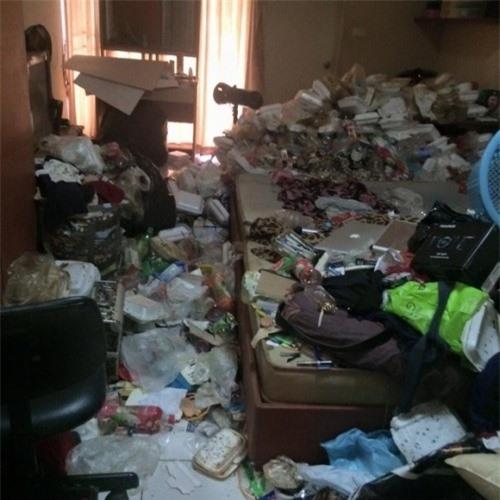 Căn phòng ngập rác của một sinh viên nữ.