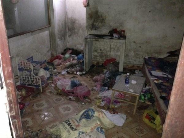 Phòng ngập rác và mốc bẩn bám đen xì trên các bức tường.