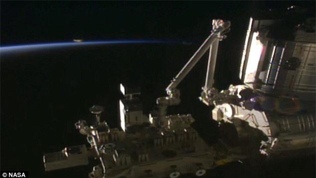 Lại phát hiện UFO bay gần trạm vũ trụ ISS - 2