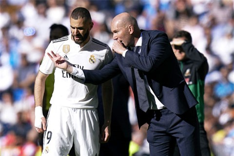 Lối chơi tấn công trực diện sẽ khiến Benzema (áo sáng) có ít đất diễn ở mùa tới