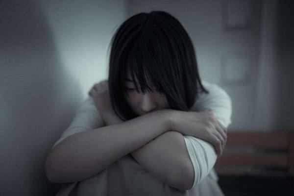 Cô bé 16 tuổi không nói chuyện với ai, chỉ ở lì trong nhà. (Ảnh minh họa)