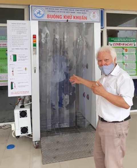 TS Nguyễn Văn Khải bên buồng khử khuẩn toàn thân di động do ông tư vấn thiết kế.