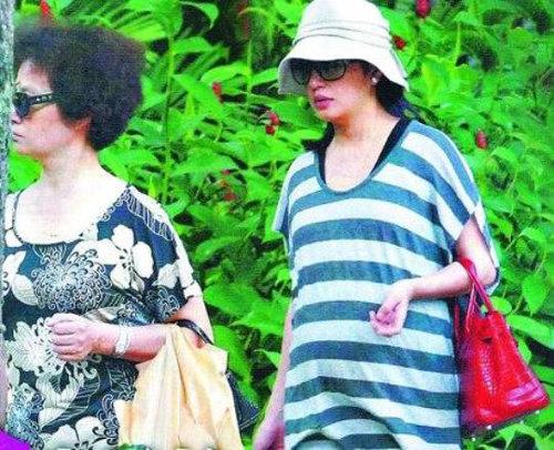 Triệu Vy tăng cân rõ rệt và ăn mặc xuề xòa khi mang bầu.