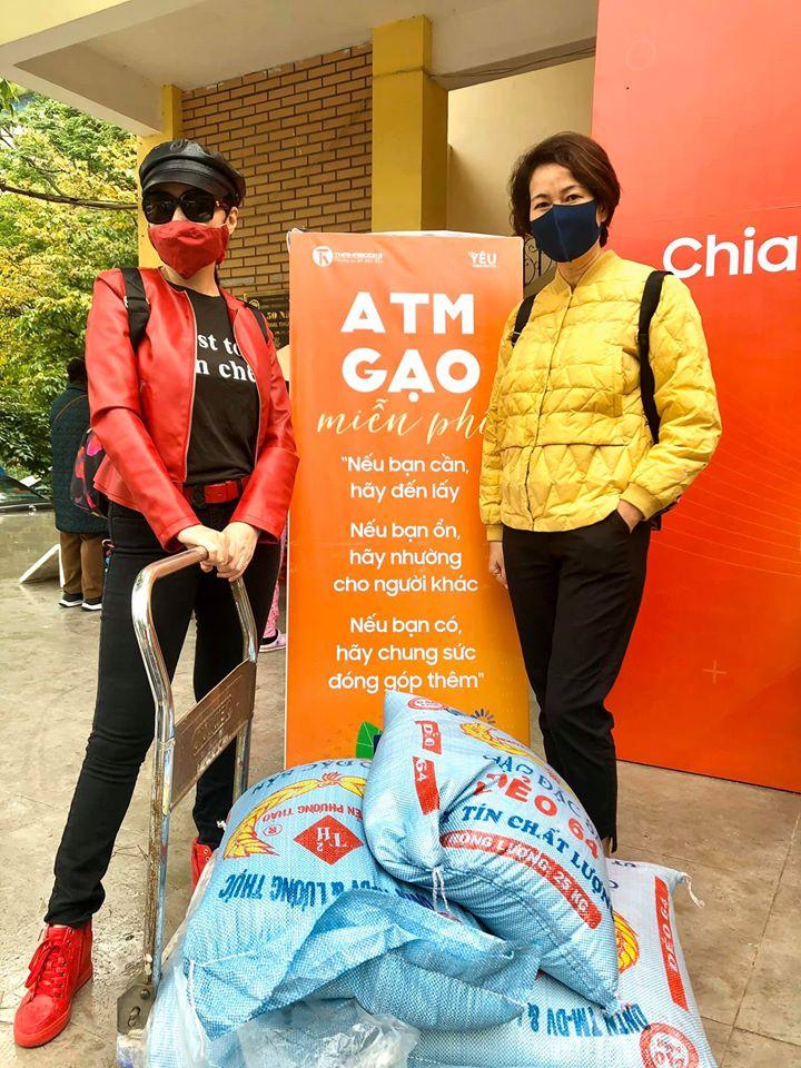 Nhiều người đã tự động mang gạo tới ATM gạo ở Nghĩa Tân để ủng hộ người có hoàn cảnh khó khăn.