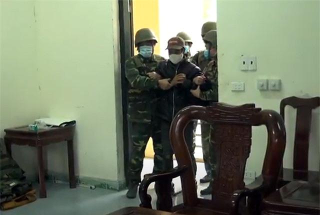 Vây bắt đối tượng cắt rừng vận chuyển 60.000 viên ma túy vào Việt Nam - 1