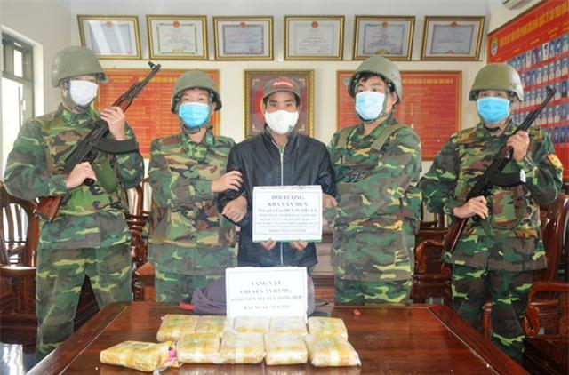 Vây bắt đối tượng cắt rừng vận chuyển 60.000 viên ma túy vào Việt Nam - 2