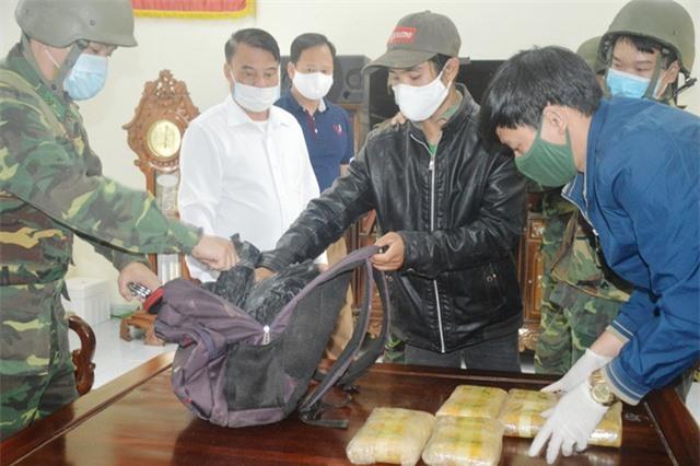 Vây bắt đối tượng cắt rừng vận chuyển 60.000 viên ma túy vào Việt Nam - 3