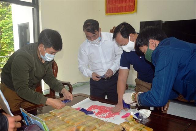 Vây bắt đối tượng cắt rừng vận chuyển 60.000 viên ma túy vào Việt Nam - 4