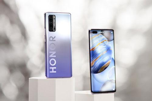 """""""Trái tim"""" của Honor 30 Pro là vi xử lý HiSilicon Kirin 990 5G (7nm +) lõi 8 với xung nhịp tối đa 2,86 GHz, GPU MP-G76 MP16. RAM 8 GB đi kèm ROM 128/256 GB, có khay cắm thẻ Nm SD. Hệ điều hành Android 10.0, được tùy biến trên giao diện Magic UI 3.1."""