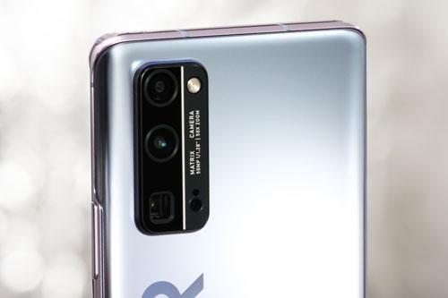 Honor 30 Pro được trang bị 3 camera sau. Cảm biến chính 40 MP, khẩu độ f/1.8 cho khả năng lấy nét theo pha, lấy nét bằng laser, chống rung quang học (OIS). Ống kính tele 8 MP, f/3.4 giúp zoom quang học 5x hoặc zoom kỹ thuật số 50x, OIS. Cảm biến chiều sâu 16 MP, f/2.2. Bộ tứ này được trang bị đèn flash LED, quay video 4K tốc độ 60 khung hình/giây hoặc Full HD Plus tốc độ 1.920 khung hình/giây.