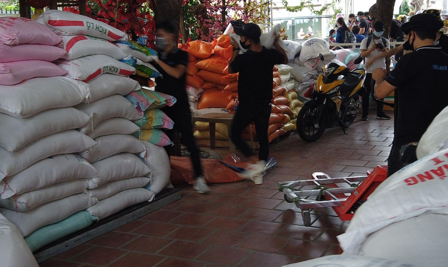 """Gạo được mang tới liên tục để """"nuôi"""" ATM gạo giúp đỡ người nghèo."""
