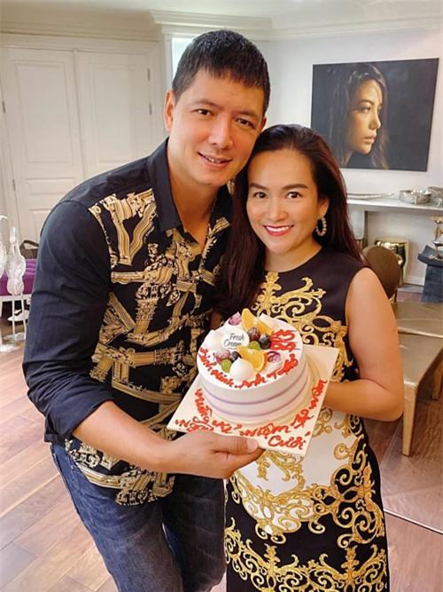 Vợ chồng Bình Minh - Anh Thơ diện trang phục ton-sur-ton, chụp ảnh kỷ niệm cùng bánh kem. Sau đó, họ cùng Trương Ngọc Ánh thưởng thức món bún bò, uống rượu vang và tâm sự cùng nhau.
