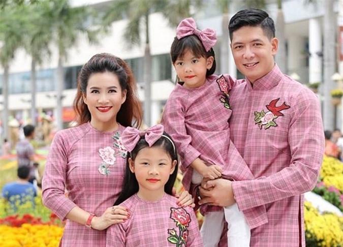 Đôi vợ chồng có hai con gái