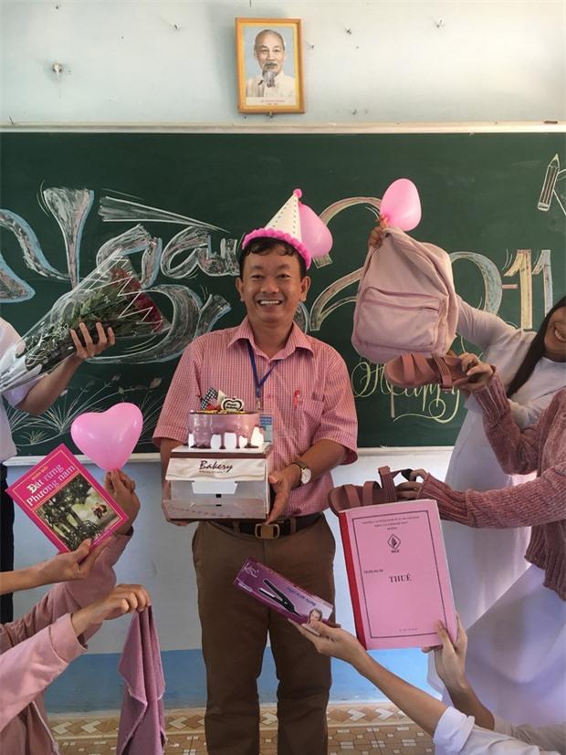 Thầy giáo chụp ảnh bắt trend cùng học sinh vô cùng đáng yêu.