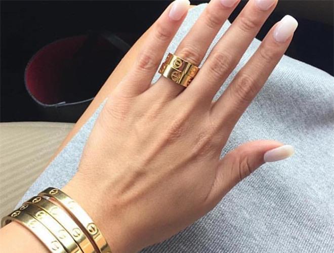 Nữ tỷ phú tự thân trẻ nhất thế giới sở hữu nhiều bộ sưu tập trang sức và đồng hồ đắt tiền.