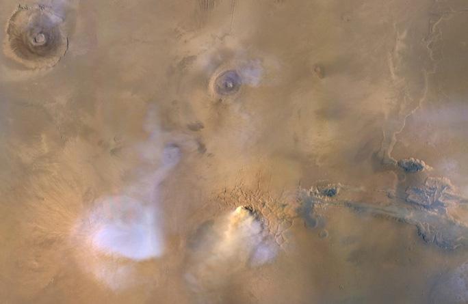 """""""Bóng ma"""" lờ mờ màu trắng chính là những ngọn tháp bụi cao hàng chục dặm được quan sát từ trên cao - Ảnh: NASA"""