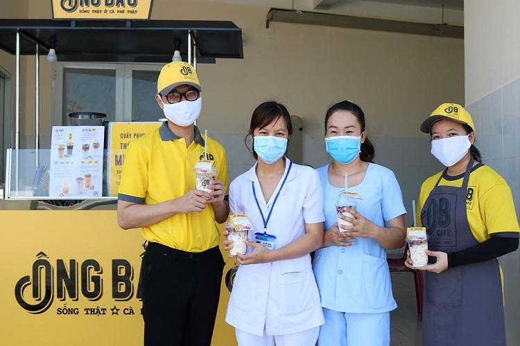 Mỗi ly cà phê, thức uống của Cà phê Ông Bầu như một nguồn năng lượng góp phần nhỏ để hỗ trợ tinh thần làm việc của mọi người tại các trung tâm cách ly, điều trị dịch bệnh