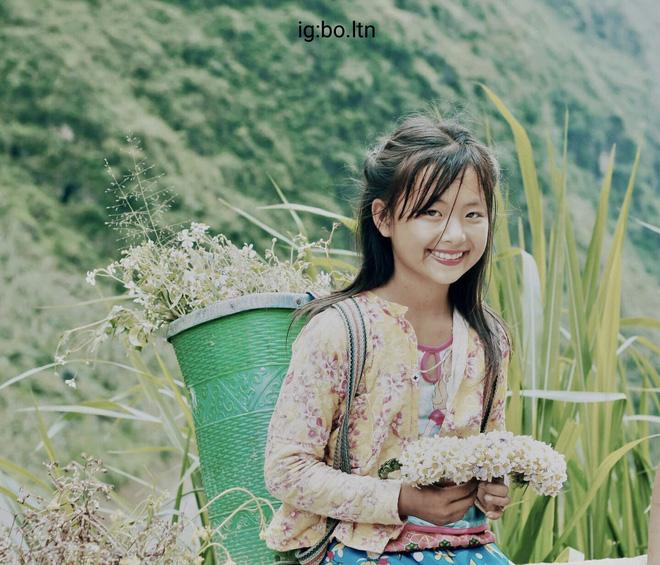 Cô bé vùng cao đứng bán vòng hoa ở dốc Thẩm Mã - Hà Giang. (Ảnh: Lê Thành Nam)
