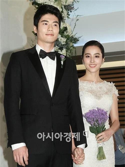 Đôi uyên ương Han Hye Jin và Ki Sung Yueng, nàng hơn chàng 7 tuổi. Mỹ nhân Thần y Ju Mong hơn bạn đời, một cầu thủ bóng đá nổi tiếng Hàn Quốc năm 2013. Hiện hai người có một bé gái.
