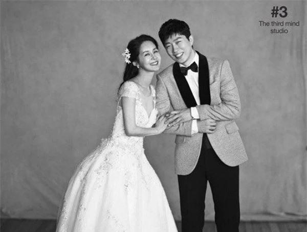 Kim Ga Yeon và Lim Yo Han. Nàng 47 tuổi, là diễn viên. Chàng 39 tuổi, là game thủ nổi tiếng.