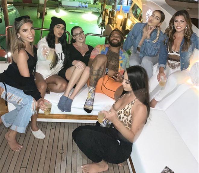 """Cầu thủ triệu đô """"tránh"""" Covid-19 cùng 6 người mẫu trên du thuyền - 1"""