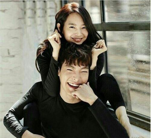Shin Min Ah và Kim Woo Bin. Nàng hơn chàng 6 tuổi. Hai người yêu nhau từ năm 2015, đồng hành qua nhiều giai đoạn gian khó, đặc biệt khi Kim Woo Bin mắc ung thư. Tình yêu của cặp sao được khán giả ngưỡng mộ.