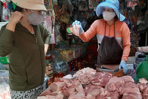 Nhiều chuyên gia cho rằng, việc đưa thịt heo vào diện bình ổn giá là chưa phù hợp.