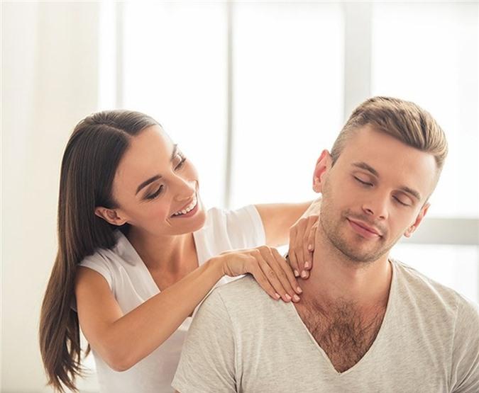 Massage cho nhau trước khi ngủ sẽ giúp giải tỏa căng thẳng cho cả hai