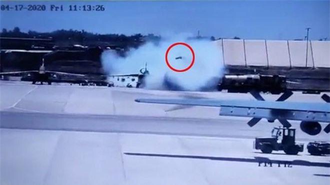 Su-25 đậu trên mặt đất bất ngờ phóng tên lửa: Máy bay vận tải C-130H Pháp chết hụt! - Ảnh 1.