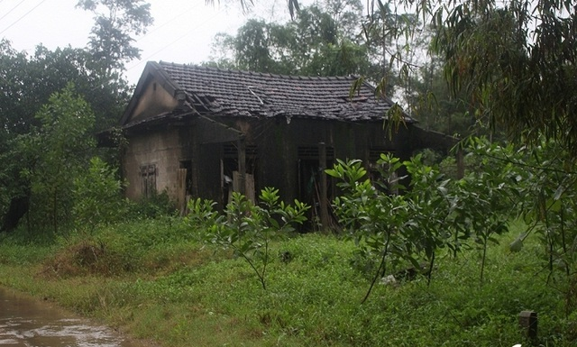 Căn nhà lụp xụp, cô lập của 3 mẹ con