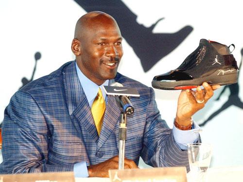 Tính đến năm 2015, Jordan kiếm được 100 triệu USD mỗi năm từ tiền bản quyền của Nike.