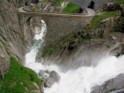 """Khám phá """"cây cầu của quỷ"""" ở Thụy Sĩ - 1"""