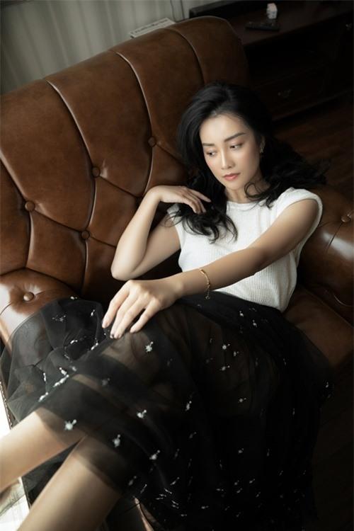Trước đó, nữ MC vướng tin đồn yêu đồng giới BTV Thùy Dung. Cả hai từng tham gia MV của ca sĩ Mai Tiến Dũng trong vai cặp tình nhân.