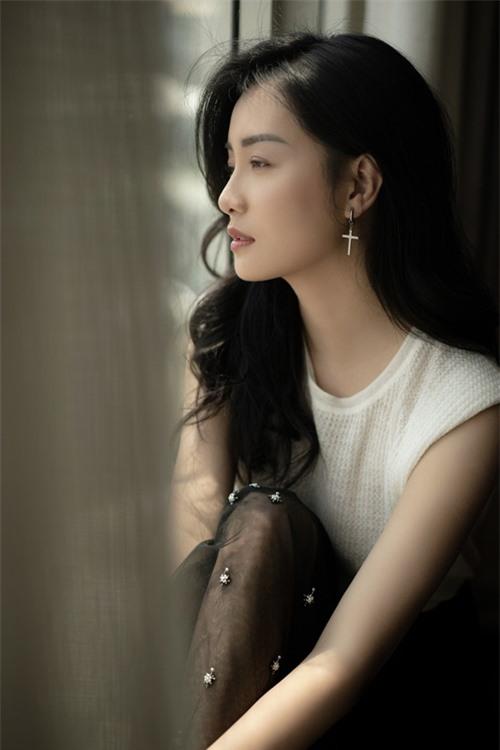 Quỳnh Chi tốt nghiệp ngành Luật của Học viện Ngoại giao. Cô từng đảm nhận vai trò dẫn dắt nhiều chương trình như The Remix, Thần tượng Bolero, The Voice Kids...
