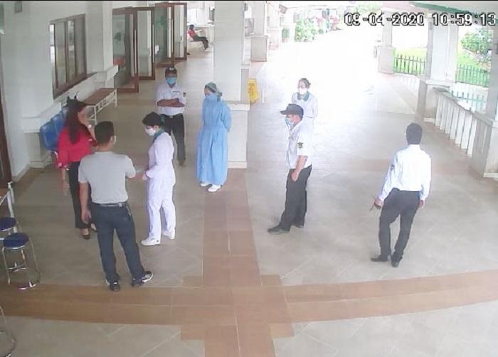 Cảnh vợ chồng ông Hùng (áo xám và áo đỏ) không hợp tác khai báo y tế mà còn chửi bới y bác sĩ, bảo vệ Bệnh viện Hoàn Mỹ Đà Lạt (trích xuất từ camera bệnh viện)