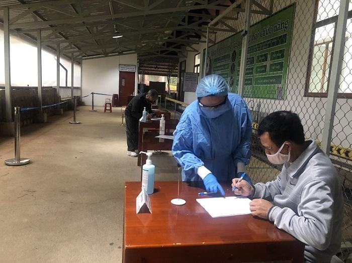 Đội ngũ y, bác sĩ của Bệnh viện Hoàn Mỹ Đà Lạt hướng dẫn người dân khai báo y tế khi đến viện