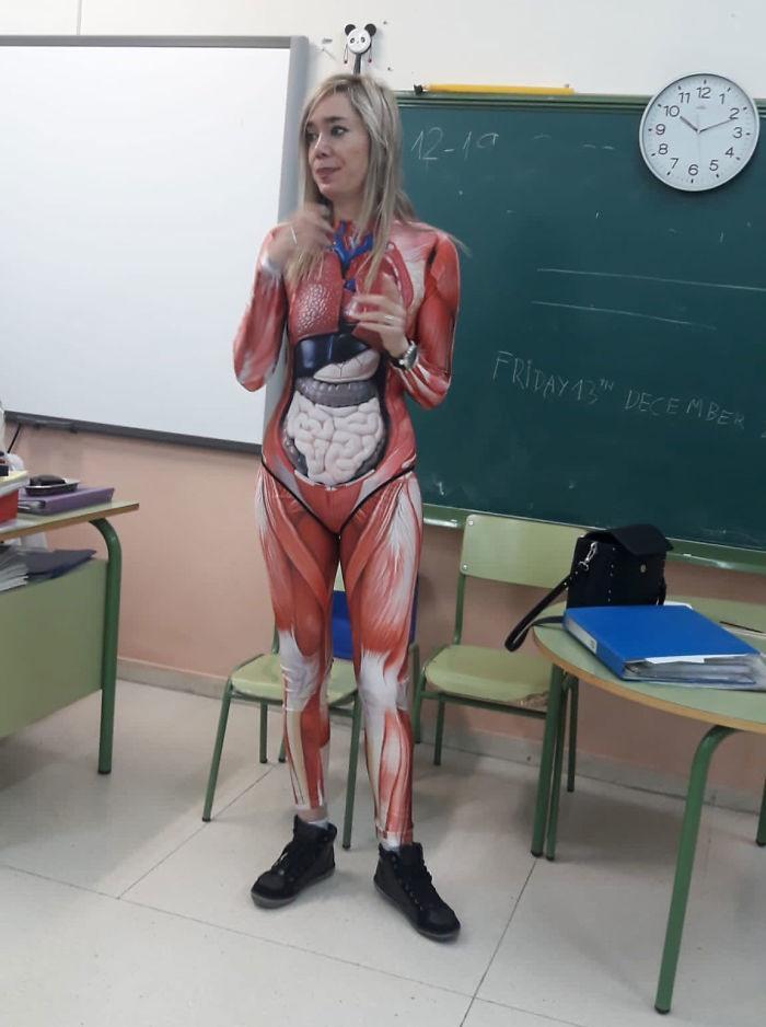 Bộ đồ của cô giáo đã giúp các học sinh dễ hình dung hơn về vị trí của các cơ quan nội tạng trong cơ thể.