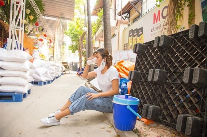 Cô ngồi bệt dưới đất và uống nước trong lúc nghỉ giải lao. Kim Tuyến tâm sự, những ngày qua cô cùng gia đình thực hiện nghiêm túc lệnh giãn cách xã hội của chính phủ. Nhưng khi đọc báo, xem tin tức, cô thấy xót xa cho nhiều phận người khó khăn trong giai dịch bệnh. Vì vậy, cô muốn chung tay giúp đỡ mọi người. Kim Tuyến cho rằng, ATM gạo là một ý tưởng hay và nhân văn.