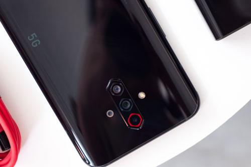 ZTE Nubia Play 5G có 4 camera sau. Cảm biến chính 48 MP, khẩu độ f/1.8 cho khả năng lấy nét theo pha. Cảm biến thứ hai 8 MP, f/2.2 với góc rộng 120 độ. Cảm biến macro và ống kính chiều sâu cùng có độ phân giải 2 MP, f/2.4. Bộ tứ này được trang bị đèn flash LED, quay video 4K.