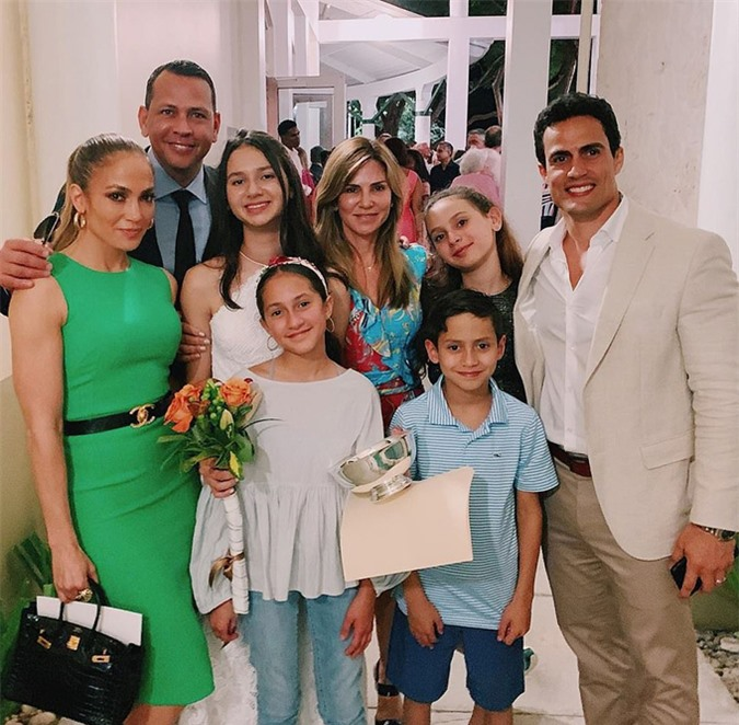 Gia đình riêng của Jennifer Lopez và Alex Rodriguez rất gắn bó và coi nhau như người thân. Jennifer và hai con sinh đôi (đứng trước) từng đến chúc mừng con gái lớn của Alex (mặc váy trắng) tốt nghiệp cấp 2 vào tháng 5 năm ngoái.