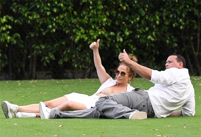 Giọng ca On the Floor và bạn trai cách ly cùng nhau từ tháng 3 ở Miami. Cặp sao sống chung nhà từ lâu sau khi đính hôn vào tháng 3/2019.