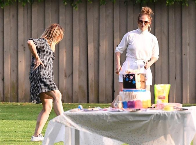 Jennifer được các con của Alex yêu quý và cô cũng có mối quan hệ thân thiết với mẹ của hai bé.