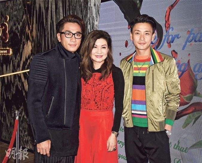 Hai diễn viên Ngô Trác Hy và Huỳnh Tông Trạch đến chúc mừng sinh nhật bà Lạc Di Linh (đứng giữa) năm 2017. Ảnh:Mingpao