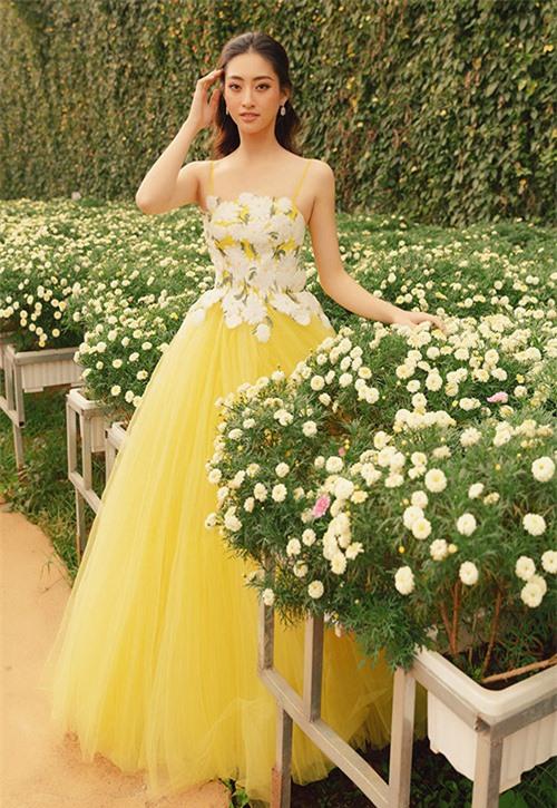 Hoa hậu Lương Thuỳ Linh dịu dàng, gợi cảm trong bộ váy gam vàng hoạt tiết hoa cúc.