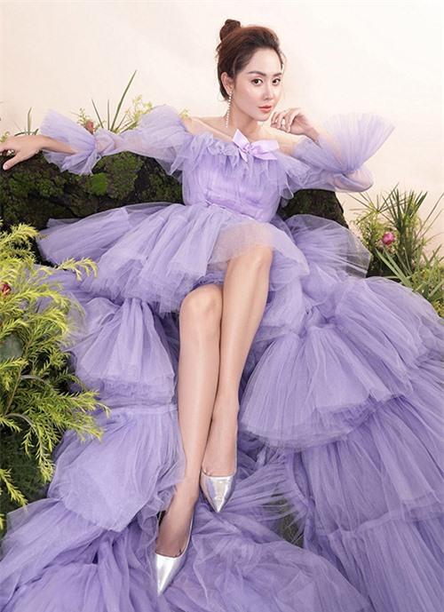 Diễn viên Tường Vy đẹp kiêu sa trong bộ cánh gam tím. Nhà thiết kế chia sẻ, các mẫu váy với chất liệu, kiểu dáng, hoạ tiết đẹp cùngkhả năng diễn xuất, thần thái của người mẫu giúp anh tạo nên những nàng công chúa trong cổ tích.