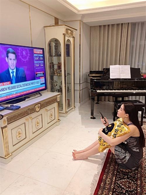 Vì là tín đồ của thương hiệu Versace, nữ chủ nhân chọn đồ nội thất chủ yếu theo tông vàng đen. Tủ trang trí, kệ ti vi đều được chạm khắc hoa văn tinh xảo.