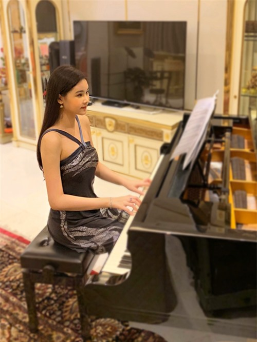 Đàn dương cầm đen bóng là điểm nhấn cho toàn bộ phòng khách. Đây cũng là nơi hoa hậu 'đắm chìm' vào âm nhạc mỗi ngày.
