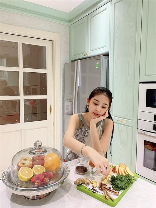 Nhà bếp là nơi Ngân Anh thường lui tới. Chủ nhân ngôi nhà ưu tiên các màu trắng, xanh bạc hà để gian bếp trông rộng rãi, sạch sẽ.