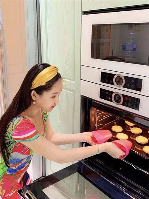 Cô mua hẳn lò nướng chuyên dụng, phục vụ sở thích làm bánh.